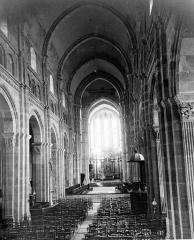 Cathédrale Saint-Lazare - Vue intérieure de la nef vers le choeur