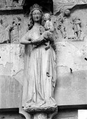 Eglise - Portail central de la façade ouest. Statue du trumeau : La Vierge à l'Enfant