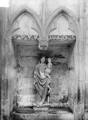 Eglise Saint-Thibault - Piscine abritant une statuette : La Vierge à l'Enfant