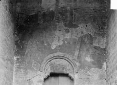 Eglise Saint-Just - Peinture murale située au-dessus de la petite porte romane de la façade nord : L'Annonciation