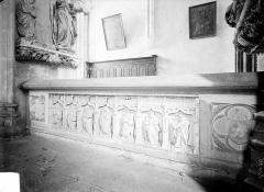 Ancienne abbaye - Tombeau d'Amé de Chalon, abbé de Baume mort en 1431 : Vue d'ensemble