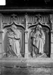 Ancienne abbaye - Tombeau d'Amé de Chalon, abbé de Baume mort en 1431 : Détail de deux pleurants