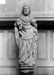 Ancienne abbaye - Portail de la façade ouest. Statue du trumeau : Le Christ bénissant