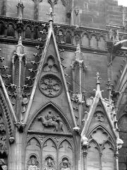Cathédrale Notre-Dame - Portail du transept sud, dit portail Saint-Etienne : Gables, côté droit