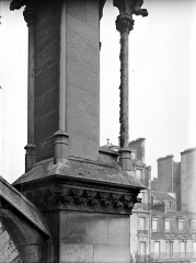 Cathédrale Notre-Dame - Pinacle de la façade nord : Détail montrant l'effritement et la désagrégation de la pierre
