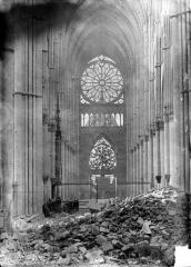 Cathédrale Notre-Dame - Vue intérieure de la nef vers le choeur, après la dépose de la grande rose