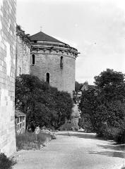 Château - Tour Hurtault et terrasse située en contrebas de la chapelle