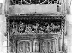 Château - Chapelle Saint-Hubert, linteau du portail avec haut-relief : La vision de saint Hubert et la légende de saint Christophe