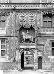 Château de Blois - Aile Louis XII : Entrée principale surmontée de la statue équestre de Louis XII