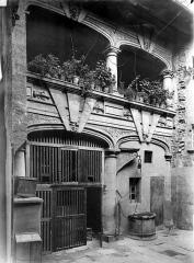 Maison des Viguiers, dite hôtel Reynès ou maison Guise - Cour intérieure : Façade avec galerie au premier étage