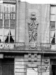 Théâtre - Façade sur rue : Bas-relief du premier étage