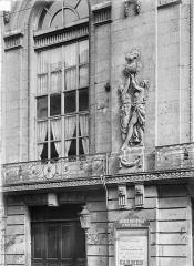 Théâtre - Façade sur rue : Fenêtre et bas-relief du premier étage