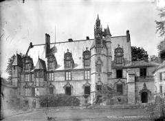 Ancien palais épiscopal, ancien palais de justice, actuellement musée départemental de l'Oise - Cour d'honneur : vue d'ensemble