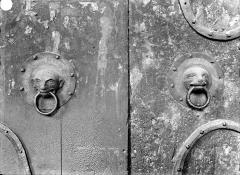 Basilique Saint-Julien - Portail de la façade sud : marteaux de porte en bronze