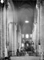 Basilique Saint-Julien - Vue intérieure de la nef vers le choeur