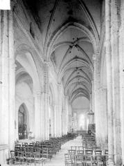 Eglise Saint-Etienne (collégiale) - Nef, vue depuis l'entrée
