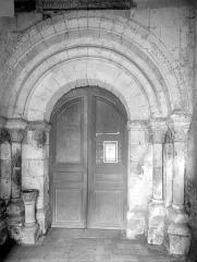 Eglise Sainte-Gemme - Portail de la façade ouest sous le porche
