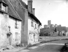 Ruines du château - Vieilles maisons et château en arrière-plan