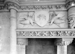 Ancien Palais des Comtes de Poitiers - Salle des Pas perdus, bandeau de la cheminée : deux anges soutenant un écusson