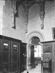 Eglise Sainte-Radegonde - Vue intérieure de la sacristie : porte