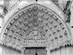 Cathédrale Saint-Pierre - Portail sud de la façade ouest, tympan et voussures : Scènes de la vie de saint Thomas