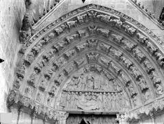 Cathédrale Saint-Pierre - Portail nord de la façade ouest, tympan et voussures : La Mort et le couronnement de la Vierge