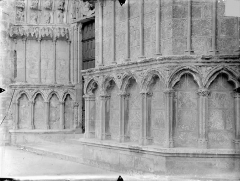 Cathédrale Saint-Pierre - Portail nord et portail central de la façade ouest : arcatures du soubassement