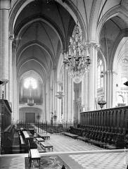 Cathédrale Saint-Pierre - Vue intérieure du choeur et de la nef, vers l'entrée