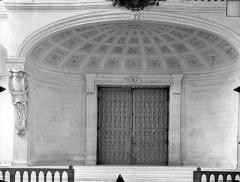 Cathédrale Saint-Pierre - Vue intérieure : Porte d'entrée et dessous de la tribune ouest