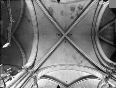 Cathédrale Saint-Pierre - Voûtes du déambulatoire (vue verticale)