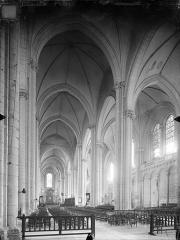 Cathédrale Saint-Pierre - Vue intérieure de la nef vers le sud-est
