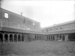 Abbaye de Charlieu - Cloître : Vue d'ensemble du jardin et des galeries sud et ouest