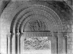 Abbaye de Charlieu - Eglise - Portail d'entrée de la nef : Christ en majesté entre deux anges (tympan) et les 12 apôtres (linteau)