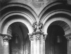 Abbaye de Charlieu - Eglise - Narthex : Arcs et chapiteaux, côté ouest