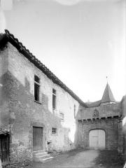 Abbaye de Charlieu - Porte d'entrée du prieuré et façade extérieure