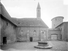 Abbaye de Charlieu - Cour du prieuré : Façade sud de la chapelle de l'Assomption. Donjon de l'ancienne enceinte de l'abbaye