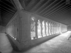 Couvent des Cordeliers  (également sur commune de Charlieu) - Cloître : Vue intérieure des galeries sud et est
