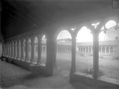 Couvent des Cordeliers  (également sur commune de Charlieu) - Cloître : Vue intérieure de la galerie ouest