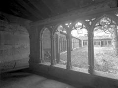Couvent des Cordeliers  (également sur commune de Charlieu) - Cloître : Vue intérieure de la galerie sud