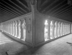 Couvent des Cordeliers  (également sur commune de Charlieu) - Cloître : Vue intérieure des galeries nord et est