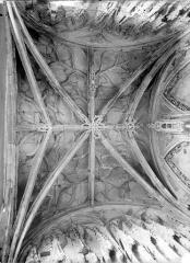 Ancienne église de Saint-Etienne-le-Vieux, actuellement magasin communal - Vue intérieure du porche : Voûte (vue verticale)