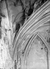 Ancienne église de Saint-Etienne-le-Vieux, actuellement magasin communal - Vue intérieure du porche : Départ d'un arc