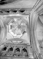 Ancienne église de Saint-Etienne-le-Vieux, actuellement magasin communal - Tour lanterne : Vue intérieure de la coupole (vue verticale)