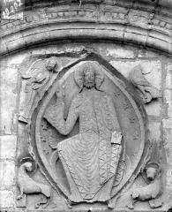 Eglise Saint-Bathélémy - Portail de la façade ouest. Tympan : Le Christ en majesté et le tétramorphe