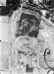 Eglise - Façade ouest : Pilastre, côté gauche (détail)