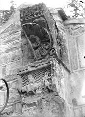 Eglise - Façade ouest : Pilastre, côté droit (détail)