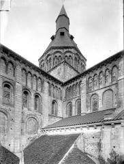 Eglise priorale Sainte-Croix - Angle sud-est : tour centrale, transept et abside