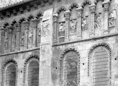 Eglise priorale Sainte-Croix - Abside, côté sud : arcatures de la galerie haute, Apôtres