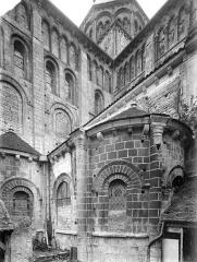 Eglise priorale Sainte-Croix - Angle sud-est : tour centrale, transept, abside et absidiole