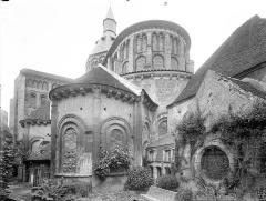 Eglise priorale Sainte-Croix - Ensemble sud-est : vue prise du jardin